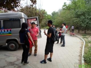 牡丹园志愿检测车旁的疾控领导接见志愿者,与志愿者攀谈
