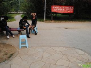 志愿者横幅,被干预人员谈话